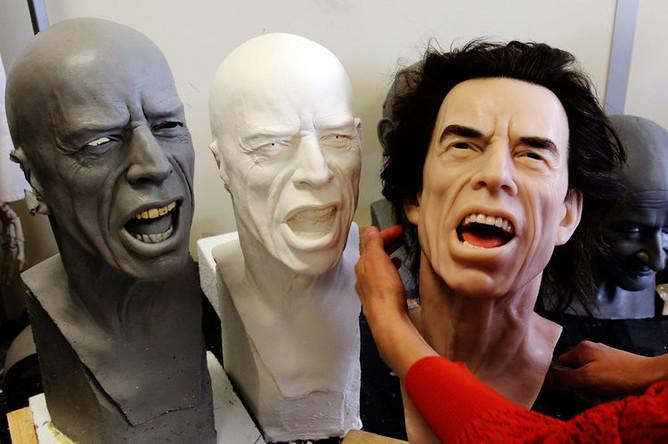 Восковые копии вокалиста The Rolling Stones Мика Джаггера в мастерской в Париже, 2014 год