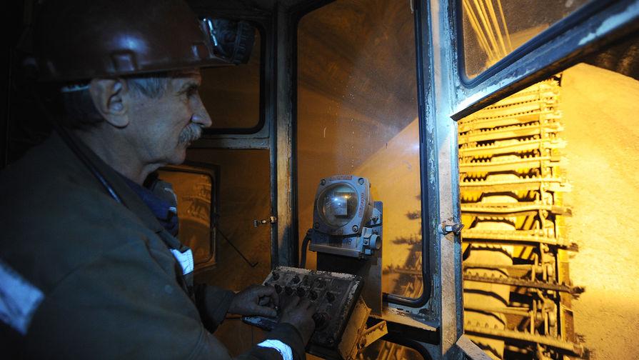 Оператор кратцер-крана работает в подземном складе руды в шахте на ОАО «Уралкалий», 2012 год
