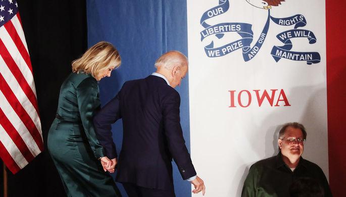 Бывший вице-президент США Джо Байден с супругой Джилл во время мероприятия президентской кампании в Де-Мойне, Айова, 4 февраля 2020 года