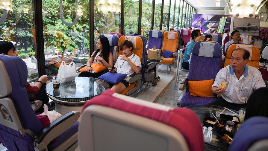 Посетители в тематическом кафе Thai Airways в Бангкоке, сентябрь 2020 года