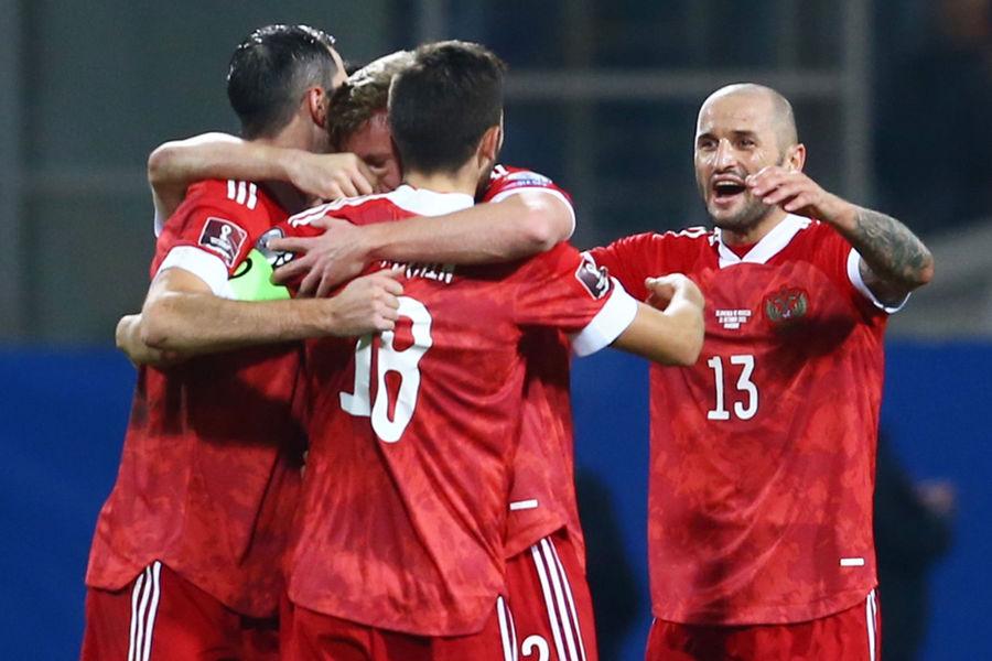 Игроки сборной России радуются голу вматче отборочного этапа чемпионата мира пофутболу 2022года междусборными командами Словении и России, 11октября 2021года
