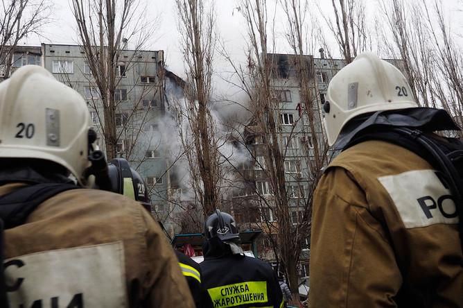 Сотрудники МЧС на месте взрыва в жилом многоквартирном доме по улице Космонавтов