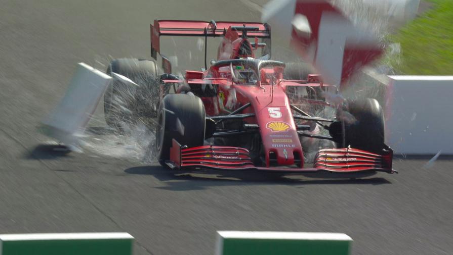 Болид Себастьяна Феттеля («Феррари») во время гонки «Формулы-1»