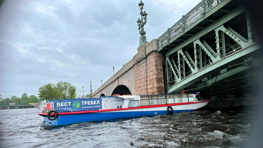 В Петербурге теплоход въехал в Троицкий мост
