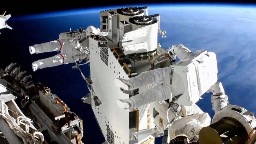 Астронавтам удалось развернуть солнечную батарею в открытом космосе