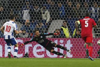 Андре Силва отправляет в ворота «Лестера» очередной мяч
