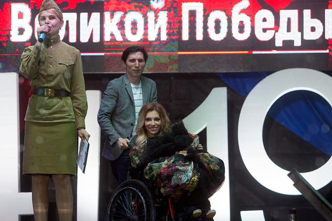 Певица Юлия Самойлова перед выступлением на концерте, посвященном празднованию Дня Победы, на площади Нахимова в Севастополе