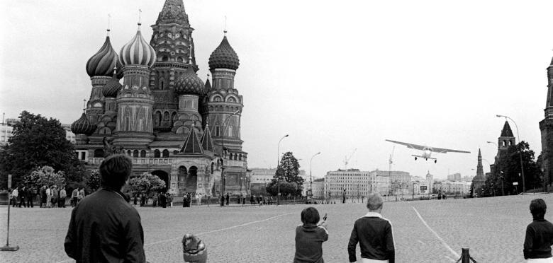 Пролет между собором Василия Блаженного и кремлевской стеной