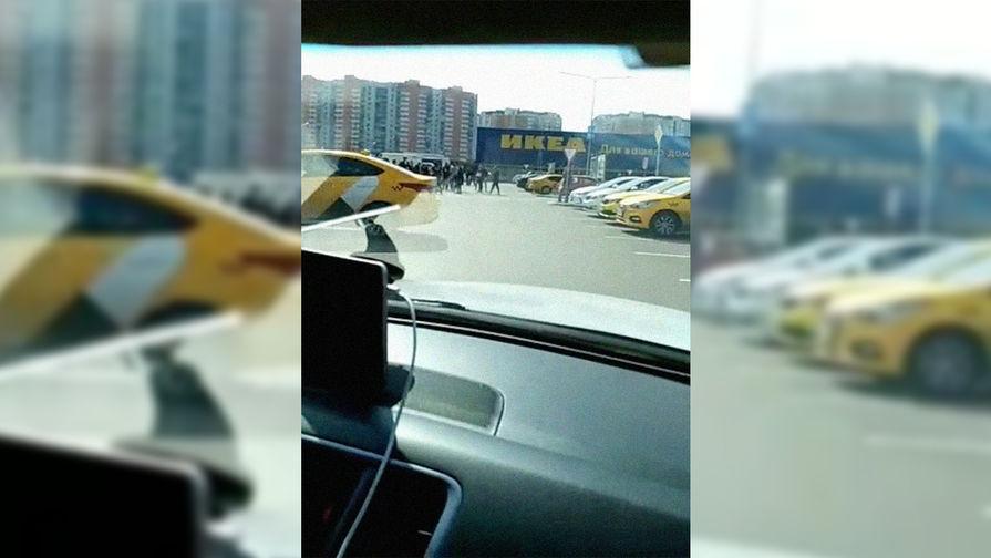 Автомобили такси около «Меги Химки», 10 апреля 2018 года. Скриншот из видеозаписи из...