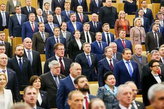 Депутаты во время исполнения государственного гимна на пленарном заседании Госдумы, декабрь 2017 года