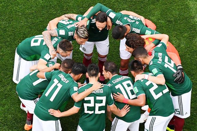 Игроки сборной команды Мексики перед началом матча группового этапа чемпионата мира по футболу между сборными Германии и Мексики, 17 июня 2018 года