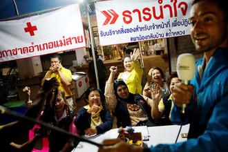 Волонтеры в пресс-центре около пещеры Тхам Луанг в Таиланде после спасения детей и тренера, 10 июля 2018 года