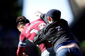 Фанат «Бирмингема» Пол Митчелл атакует полузащитника «Астон Виллы» Джека Грилиша