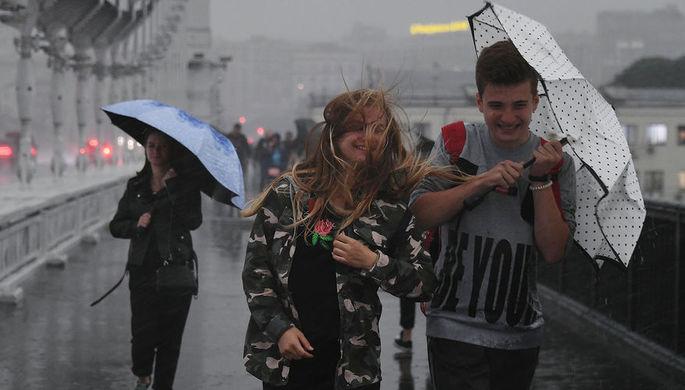 Сотрудники «Гормоста» откачивают воду из затопленного из-за сильного дождя подземного перехода в районе Варшавского шоссе в Москве, 20 июня 2020 года