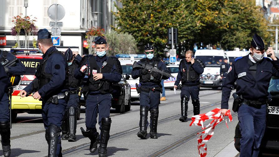 Сотрудники силовых структур около места нападения в церкви Нотр-Дам в Ницце, 29 октября 2020 года