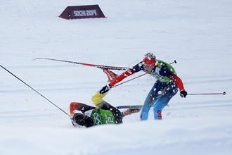 Слева направо: Тим Чарнке (Германия), Никита Крюков (Россия) на дистанции финального забега командного спринта в соревнованиях по лыжным гонкам среди мужчин