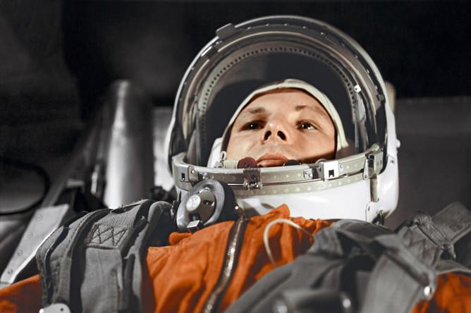 Юрий Гагарин в кабине космического корабля «Восток» перед полетом в космос 12 апреля 1961 года