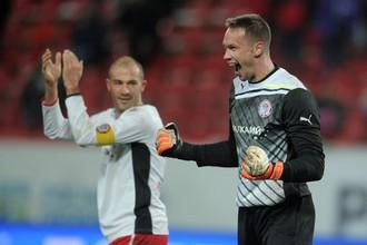 Игроки «Амкара» Георги Пеев (слева) и Сергей Нарубин