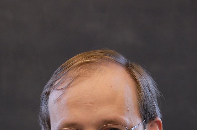 Наконец, еще одним лауреатом Breakthrough Prize in Mathematics стал английский математик Ричард Тейлор. Сейчас он работает в находящемся в Принстоне Институте перспективных исследований. Его наградили за несколько ставших прорывными работ по теории автоморфных форм, включая работы по гипотезе Таниямы — Вейля, которую теперь называют теоремой о модулярности, по локальной гипотезе Ленглендса по полным линейным группам, а также по гипотезе Сато — Тэйта