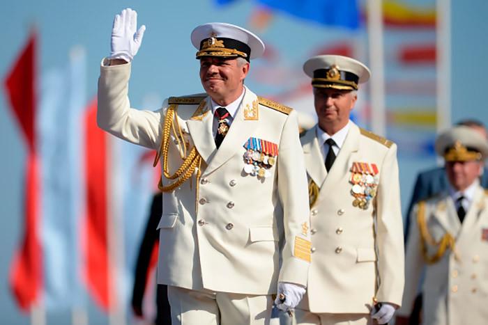 Командующий Черноморским флотом Российской Федерации адмирал Александр Витко (слева) во время...