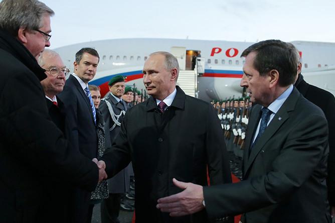 Президент России Владимир Путин во время встречи в аэропорту Берлина. Справа — посол РФ в Германии Владимир Гринин