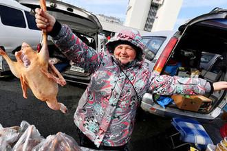 Продавец на продовольственной ярмарке на центральной площади Владивостока.