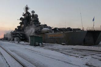 Атомный ракетный крейсер «Адмирал Нахимов» у пирса завода «Севмашпредприятие» в Северодвинске, 2010 год