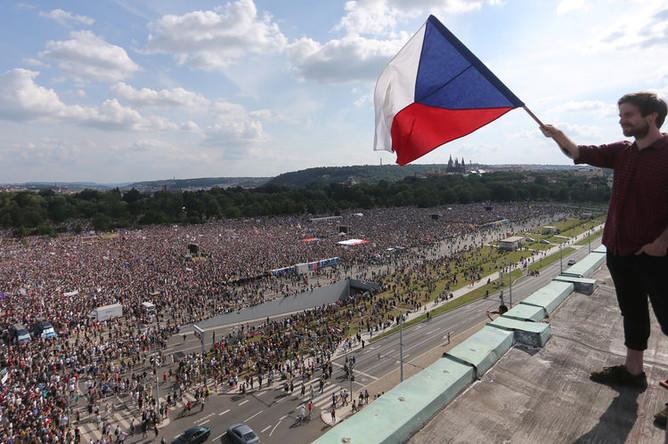 Участники демонстрации в Праге с требованием об отставке премьер-министра Чехии Андрея Бабиша, 23 июня 2019 года