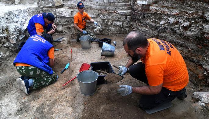 Сотрудники Института археологии РАН на раскопках в Большом Кремлевском сквере на территории Кремля в Москве