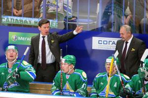 Виктор Козлов (крайний слева)