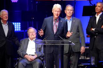 Бывшие президенты США Джимми Картер, Джордж Буш-старший, Билл Клинтон, Джордж Буш-младший и Барак Обама во время благотворительного концерта в Техасском университете A&M, 21 октября 2017 года