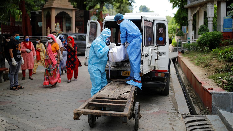 Нью-Дели. Нас барагчийн цогцсыг зөөвөрлөж байна