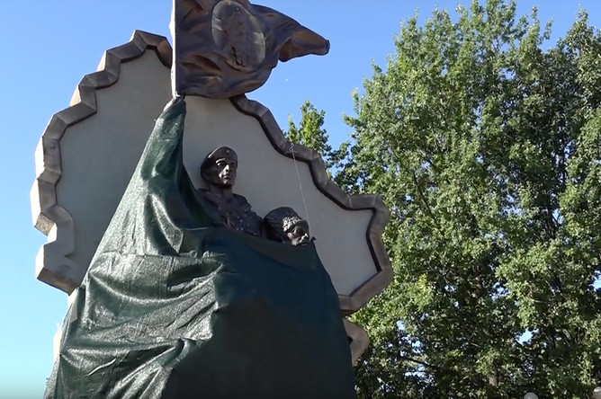 Повреждения памятника в парке «Дружба народов» в Луганске, 1 августа 2017 года
