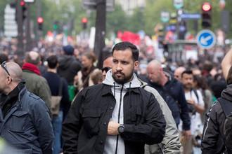 Советник президента Франции Александр Беналла во время первомайской демонстрации в Париже, 1 мая 2018 года