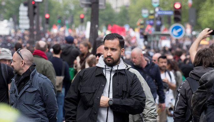 Советник президента Франции Александр Беналла во время первомайской демонстрации в Париже, 1 мая...