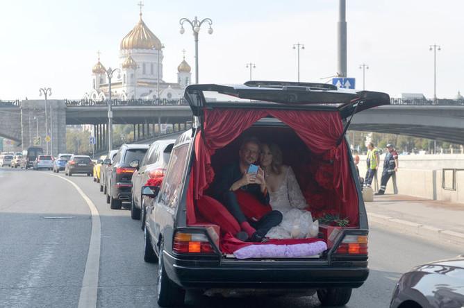 Режиссер Константин Богомолов и телеведущая Ксении Собчак во время поездки в ЗАГС в свадебном катафалке, 13 сентября 2019 года