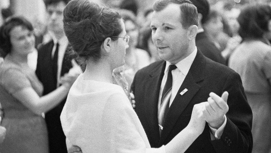 Летчик-космонавт СССР Юрий Алексеевич Гагарин и его супруга Валентина, 1965 год