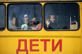Дети едут в школу на торжественную линейку в селе Новолуговое Новосибирской области