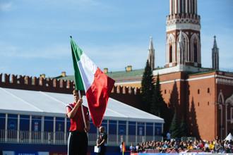 Торжественные мероприятия в честь запуска часов, отсчитывающих 1000 дней до чемпионата мира по футболу в 2018 году. Игрок юношеской сборной России по футболу держит флаг Италии