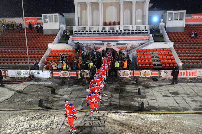 Игроки ЦСКА выходят на лед перед началом гала-матча между ХК СКА МВО (Тверская область) и ХК ЦСКА (Москва), который проходит на открытом стадионе «Химик» в рамках проекта «Русская классика- 2016»
