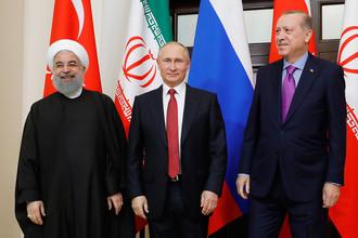 Президент Ирана Хасан Роухани, президент России Владимир Путин и президент Турции Реджеп Тайип Эрдоган (слева направо) во время встречи, 22 ноября 2017 года
