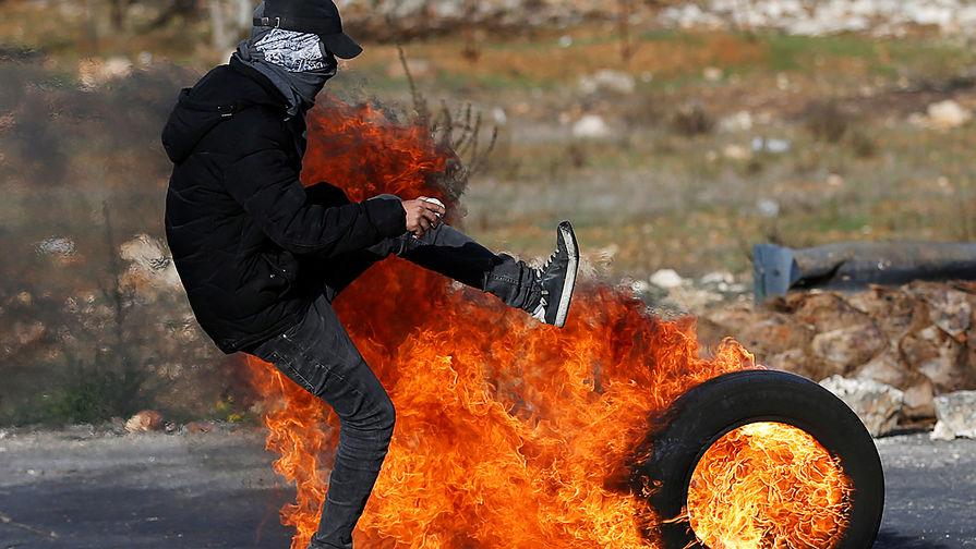 Столкновения палестинцев с израильскими военными около поселения Бейт-Эль после заявления президента США Дональда Трампа о признании Иерусалима столицей Израиля, 12 декабря 2017 года