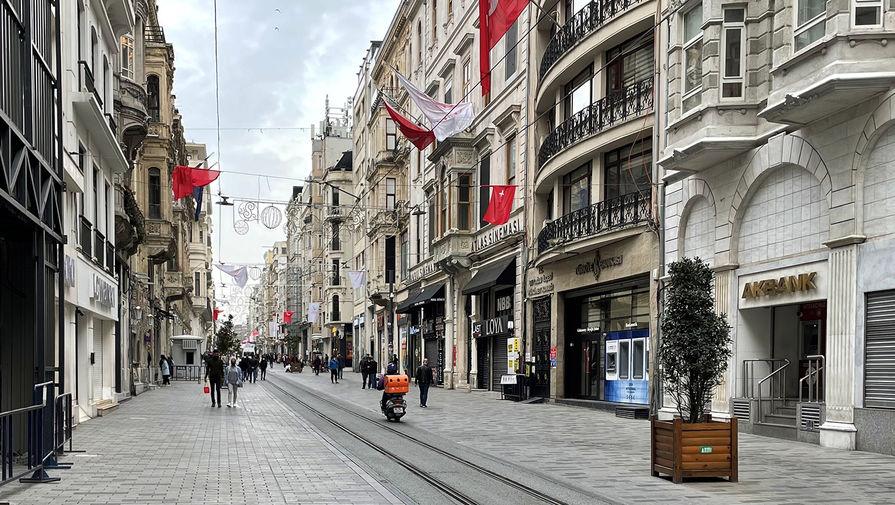 Люди на одной из улиц в центре Стамбула, 18 апреля 2021 года