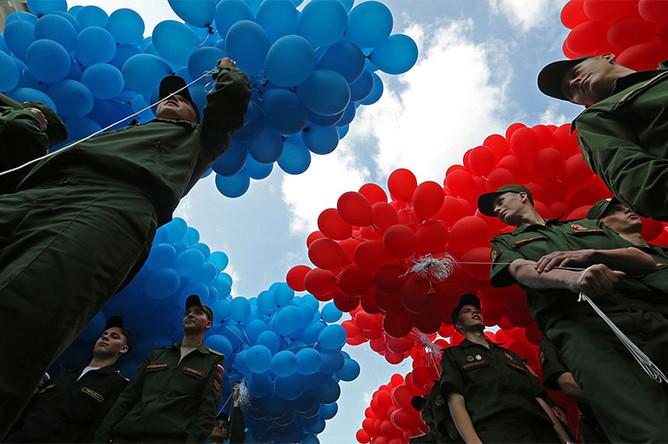 Сотрудники Вооруженных сил РФ во время запуска 15 тысяч воздушных шаров на площади Островского