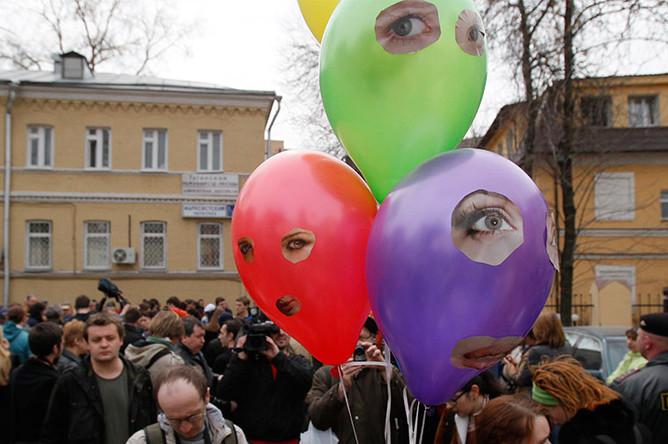 Участники акции в поддержку Pussy Riot около здания суда, апрель 2012 года