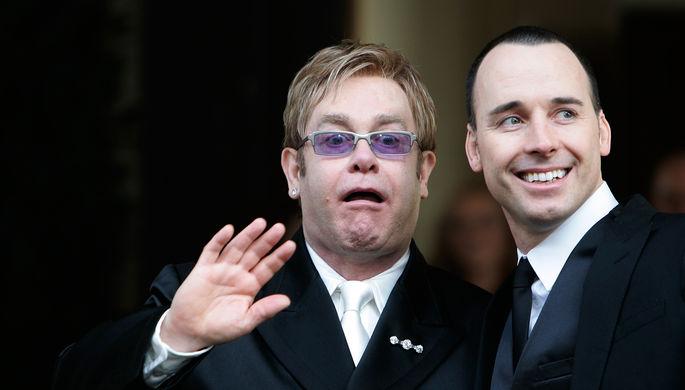21 декабря 2005 года. Элтон Джон и его партнер Дэвид Ферниш возле ратуши в Виндзоре на юге Англии...