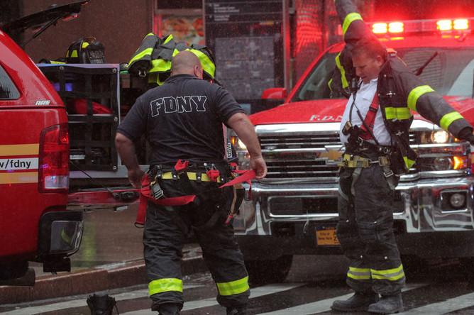 Пожарные Нью-Йорка на пересечении 51-ой улицы и Седьмой авеню на Манхэттене, 10 июня 2019 года