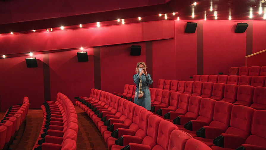 Зрительница в зале перед показом фильма в кинотеатре, 1 августа 2020 года