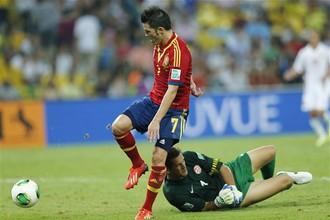 Давид Вилья забивает очередной мяч