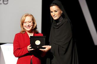 Лауреат премии за выдающийся вклад мирового масштаба в образование WISE Prize 2013 колумбийка Викки Колберт и спецпосланник ЮНЕСКО по образованию, супруга бывшего эмира Катара шейха Моза бинт Насер